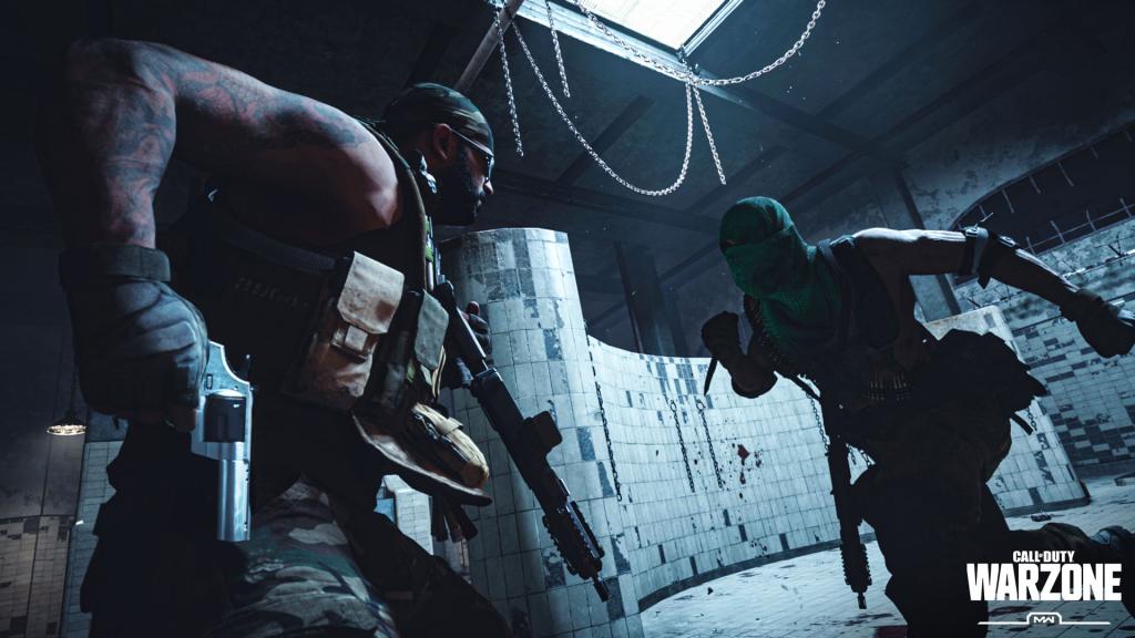 gulag Call of Duty, zatvorska kupaonica s dva čovjeka, pri slabom osvjetljenju